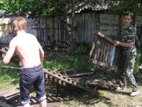 Олег и Саша раскладывают настилы