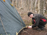 Леша ставит палатку.